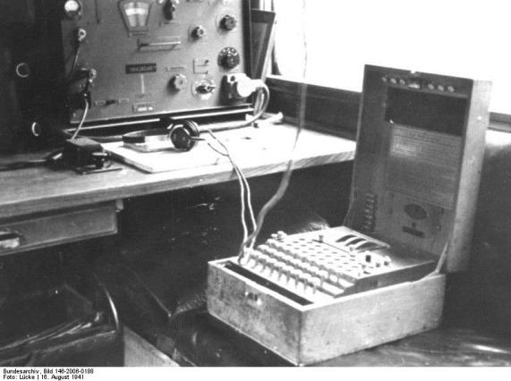Bundesarchiv_Bild_146-2006-0188,_Verschlüsselungsgerät_-Enigma-